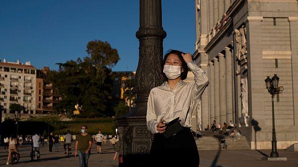 امرأة تحمل قناعا للوقاية من الفيروس المسبب لكوفيد-19 في مدريد - 2020/05/5