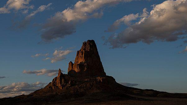 Le pic Agathla est visible au coucher du soleil sur la réserve Navajo, juste au nord de Kayenta, Ariz, le dimanche 19 avril 2020.