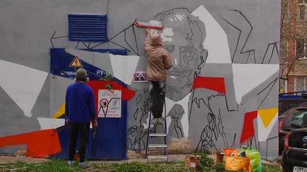 Veteranos da II Guerra Mundial celebrados por artistas de rua