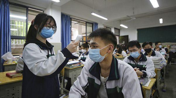 طلاب مدينة ووهان الصينية يعودون إلى المدارس