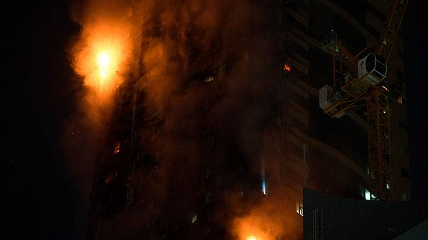 ألسنة اللهب تلتهم بناء مرتفعا في الشارقة، الإمارات العربية المتحدة
