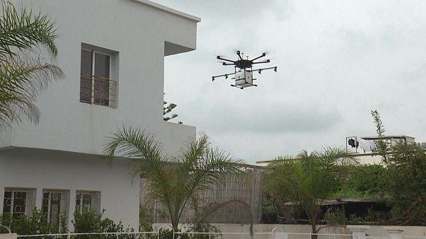 طائرة مسيرة تقوم برش مادة معقمة في المغرب