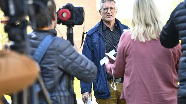 El epidemiólogo Anders Tegnell, convertido en una celebridad, habla a los reporteros.