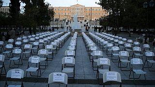 Grécia protesta com cadeiras vazias