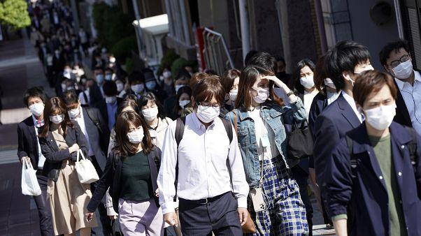 أناس يحملون أقنعة خلال وقت الذروة في طوكيو - 2020/05/07