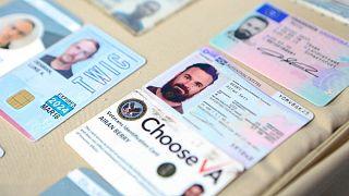 تصویری که دولت ونزوئلا از کارتهای شناسایی دو آمریکایی دستگیر شده منتشر کرده است
