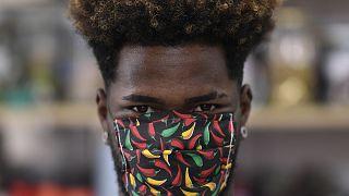 Un Brésilien portant un masque contre le Covid-19 dans une favela de Belo Horizonte - capitale de l'Etat de Minas Gerais -, le 8 avril 2020