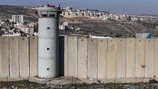 برج المراقبة وجزء من الجدار العازل الإسرائيلي المثير للجدل على مشارف القدس الشرقية التي ضمتها إسرائيل