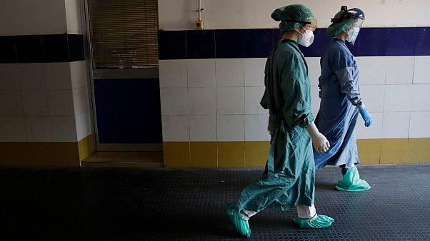 دو تن از کارکنان زن بیمارستان سانتو اسپیریتو، رم، آوریل ۲۰۲۰