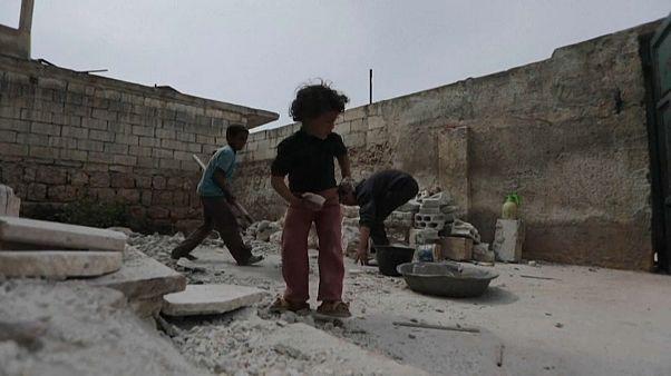 شاهد: عائلات سورية تعود إلى ما تبقى من بيوتها المدمرة في إدلب