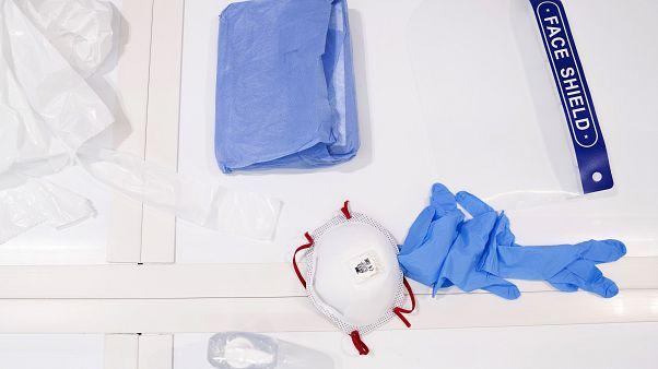 معدات طبية للوقاية في مستشفى في مانشستر شمالي انجلترا - 2020/04/16
