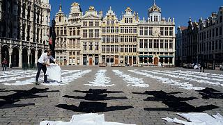 Des restaurateurs belges ont déposé environ 600 tuniques sur la Grand Place de Bruxelles pour alerter sur leur situation, le 7 mai