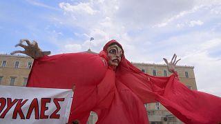 شاهد.. مظاهرات للفنانين في اليونان طلبا للدعم الحكومي