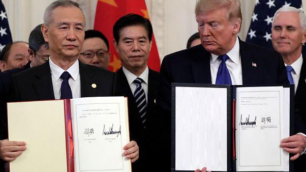 الرئيس دونالد ترامب ونائب رئيس مجلس الدولة الصيني ليو هي، يوقعان اتفاقية تجارية في واشنطن 15/01/2020  (أرشيف)