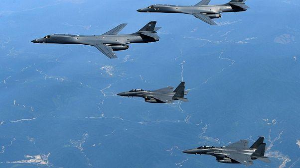 بمبافکنهای بی۱بی ایالات متحده دو جنگندهٔ اف ۱۵ ک کره جنوبی را در رزمایش هوایی سال ۲۰۱۷ همراهی میکنند.