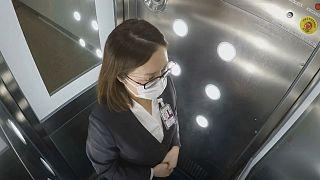 کرونا در هنگکنگ؛ اتاقکی برای ضدعفونی کردن افراد در فرودگاه
