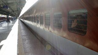في إحدى محطات القطار الهندية في ماهاراشترا