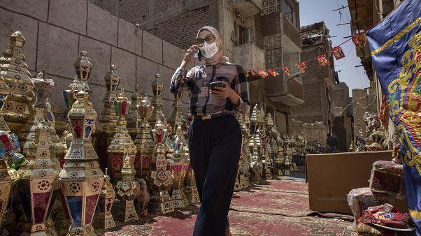 مصرية ترتدي قناعاً في القاهرة