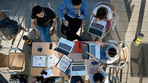 ABD'de internet erişimi olmayan öğrenciler ücretsiz WiFi olan otoparklarda ders çalışıyor