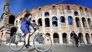 Des cyclistes devant le Colisée à Rome, le 8 mai 2020.