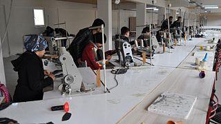 Türkiye'deki Afgan mülteciler maske üretimine başladı