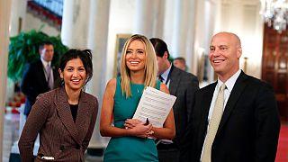 الناطقة باسم نائب الرئيس الأميركي، كايتي ميلر، إلى اليسار