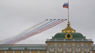 """Victoire sur l'Allemagne nazie : Poutine célèbre une Russie """"invincible"""""""