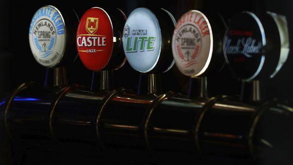 Kovalarla bira kuyruğu: Covid-19 nedeniyle satılamayan biralar bedava dağıtıldı