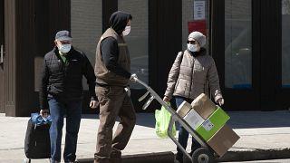 New York'ta Covid-19'dan korunmak için maske takan halk