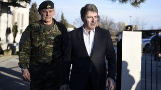 Yunanistan Kamu Düzeni Bakanı Michalis Chrisochoidis (sağda) ile Genelkurmay Başkanı Floros Türk-Yunan sınırındaki bir operasyon merkezinde inceleme yaptı.