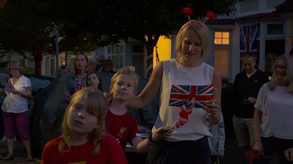 "Mesmo confinados, britânicos cantam ""We'll meet again"""