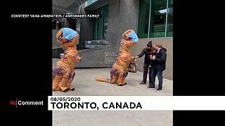 Madre e hija disfrazadas de dinosaurio reparten mascarillas caseras en Toronto