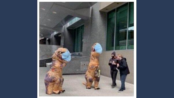 ویدئو؛ مادر و دختر کانادایی با پوشش دایناسور ماسک رایگان توزیع کردند
