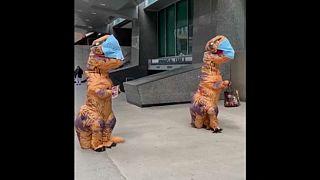 A Toronto, des dinosaures distribuent des masques