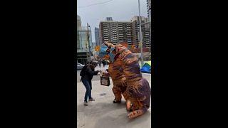 Возьмите маску у динозавра