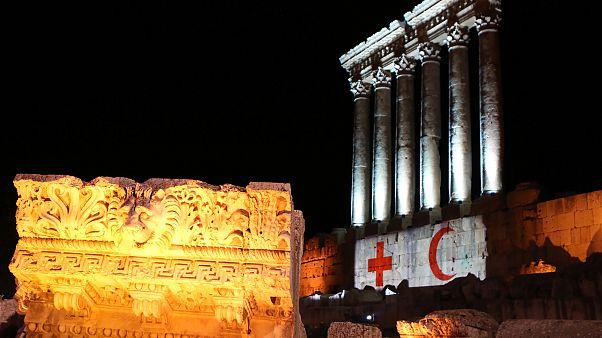 شاهد: قلعة بعلبك بحلة بيضاء مضاءة بعلمي الصليب والهلال الأحمر تكريما للطواقم الطبية