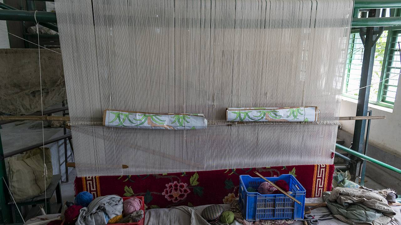 """شاهد: صناعة السجاد أو """"الزربية"""" حرفة تقليدية قديمة تسعى الجزائر للحفاظ عليها"""