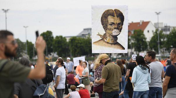 En Europe, le ras-le-bol des citoyens confinés : ils manifestent contre les restrictions