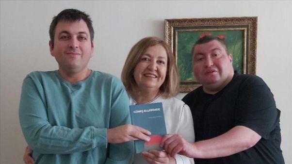 Zihinsel engelli genç annesine şiir kitabı yazdı: 'Güneş Ellerimde'yi Anneler Günü'nde hediye etti