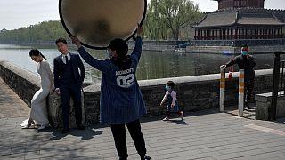 شاهد: الزواج بالصين في زمن كورونا.. الآلاف من الغرباء يحضرون الزفاف في بث مباشر