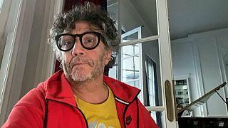 Música desde el sofá: el rockero Fito Páez trabaja desde su confinamiento en Argentina