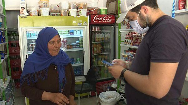فيديو: توزيع مساعدات غذائية باستعمال الهاتف لعائلات تونسية خلال الحجر الصحي المنزلي
