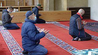 A szarjevói Begova mecsetben újra lehet imádkozni a megfelelő távolság betartása mellett