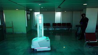 Nice Havaalanında UV ışınları ile dezenfekte çalışması 7 Mayıs 2020, Fransa
