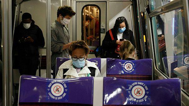 Des passagers dans une rame du métro parisien le 11 mai 2020.
