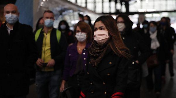 Francia sale con precauciones del confinamiento
