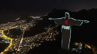شاهد: إضاءة تمثال المسيح في البرازيل برسائل لوقف أزمة الجوع وسط فيروس كورونا