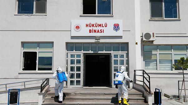 Covid-19 önlemleri kapsamında İzmir'deki cezaevlerinde de cezaevi personeli ile hükümlü ve tutuklular için tedbirler alınıyor.
