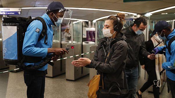Masques et gel hydroalcoolique pour tous dans le métro à Paris