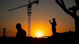 Empreitada de construção junto à estátua de Samora Machel em Maputo, Moçambique